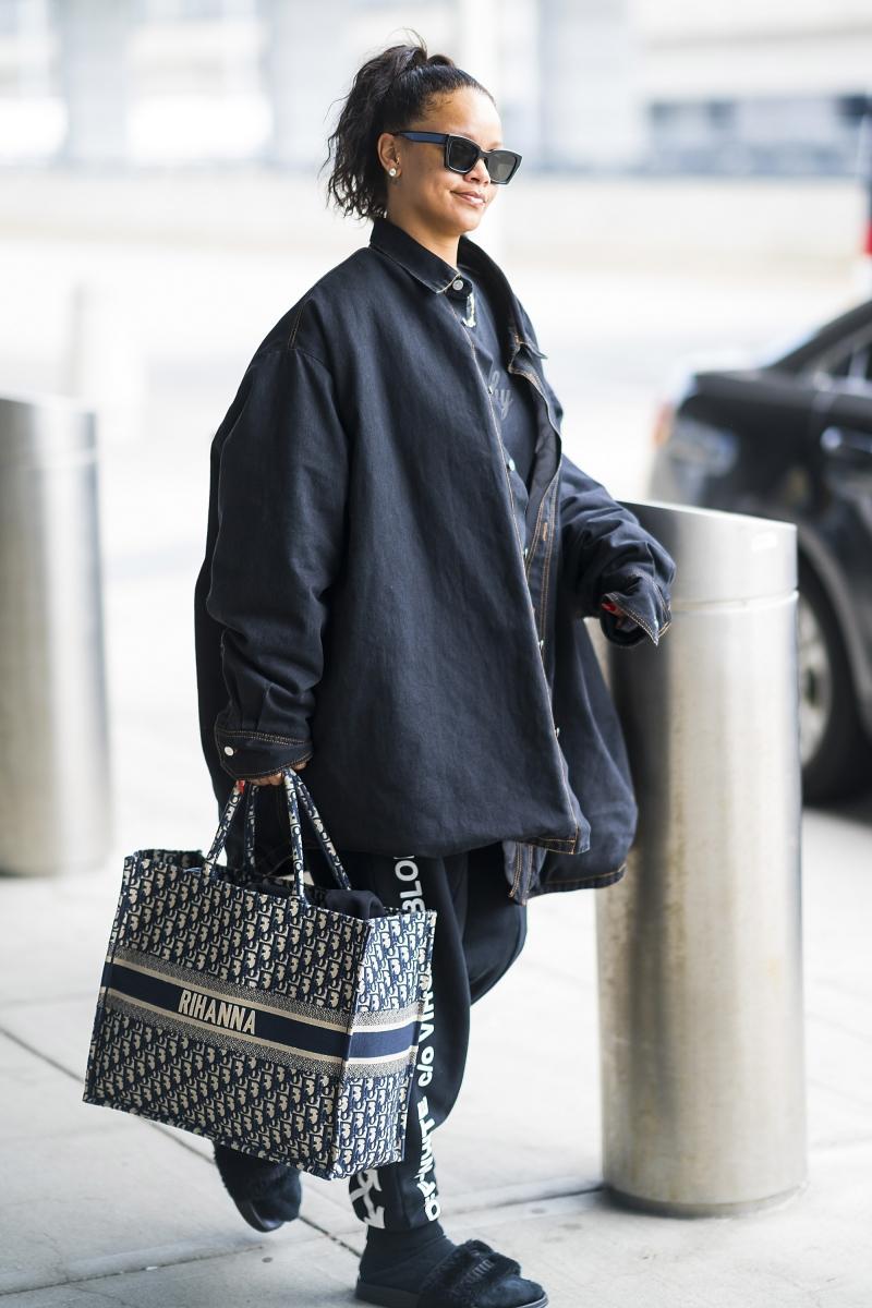 Rihanna sở hữu túi xách Dior Book Tote với họa tiết Oblique với tên của cô được dệt trên túi.