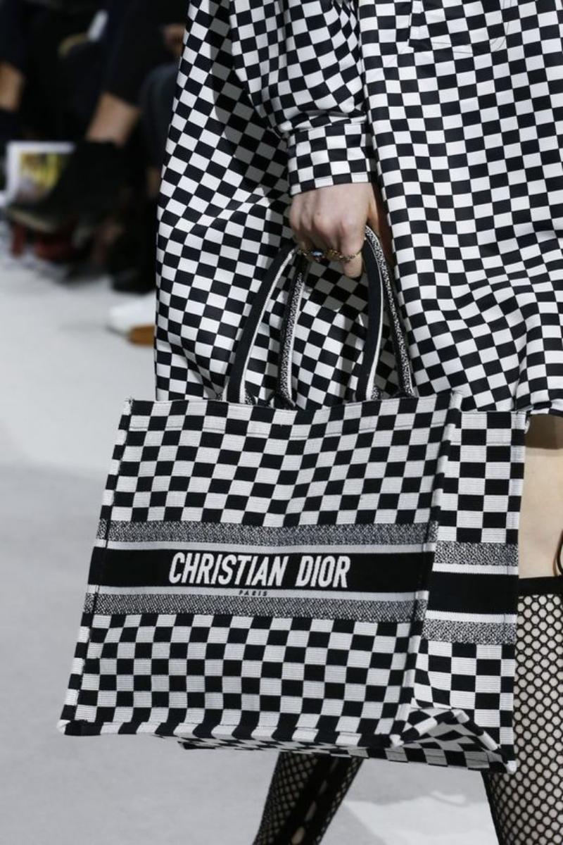 Ba phiên bản của túi xách Dior Book Tote trên sàn diễn Dior Xuân Hè 2018.