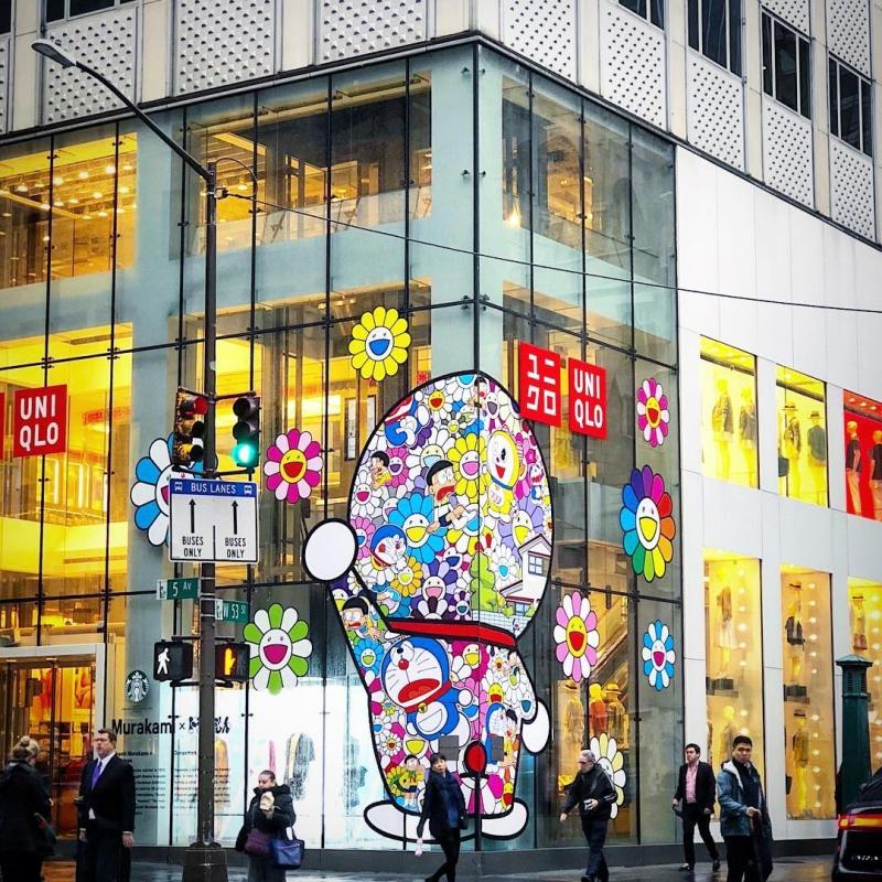 Cửa hàng Uniqlo trên Đại lộ số 5 ở New York được trang hoàng bởi những họa tiết trong BST Murakami x Uniqlo.