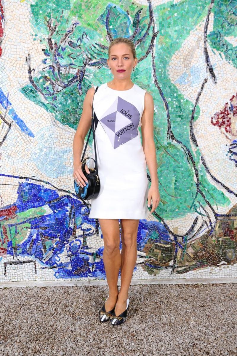 Nữ diễn viên Sienna Miller trẻ trung trong thiết kế đầm trắng không tay cùng túi xách Petite Boile Chapeau.