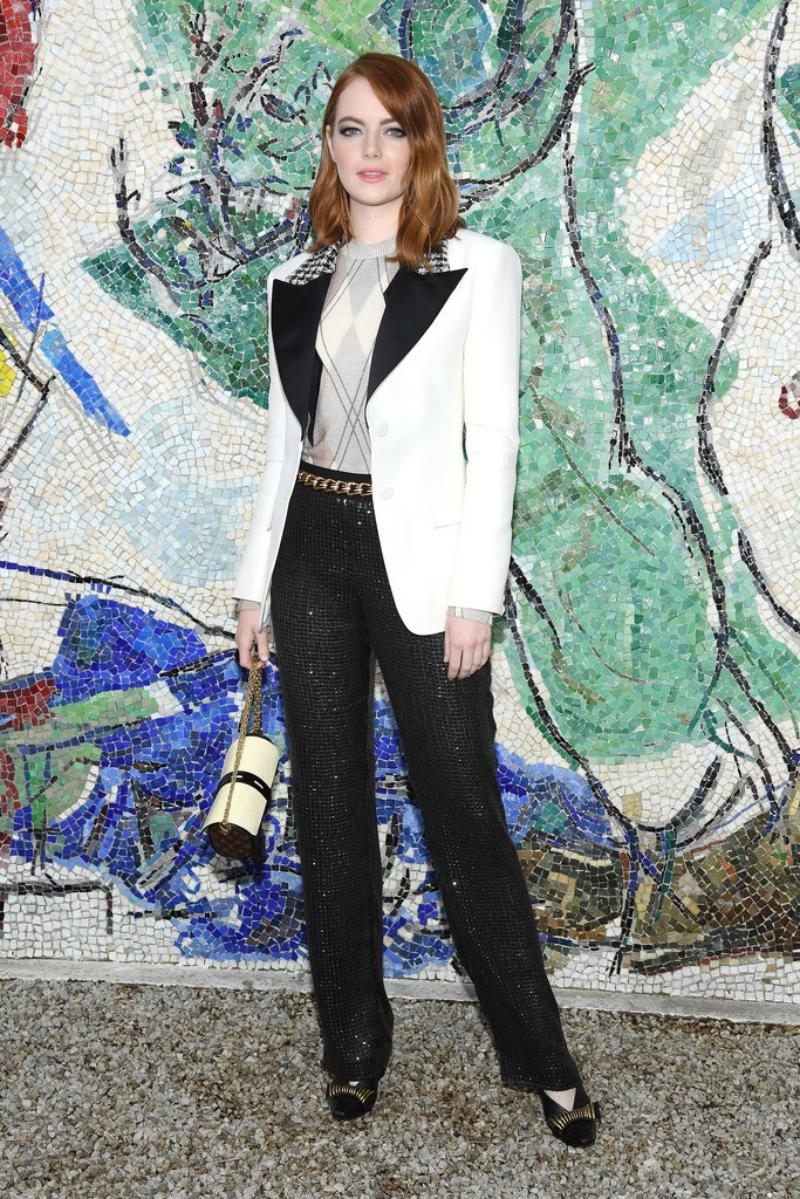 """Nữ diễn viên Emma Stone - """"thành viên"""" mới nhất tham gia vào hàng ngũ """"nàng thơ"""" của NTK Nicolas Ghesquière - xuất hiện trên hàng ghế đầu danh dự tại show diễn lần này."""