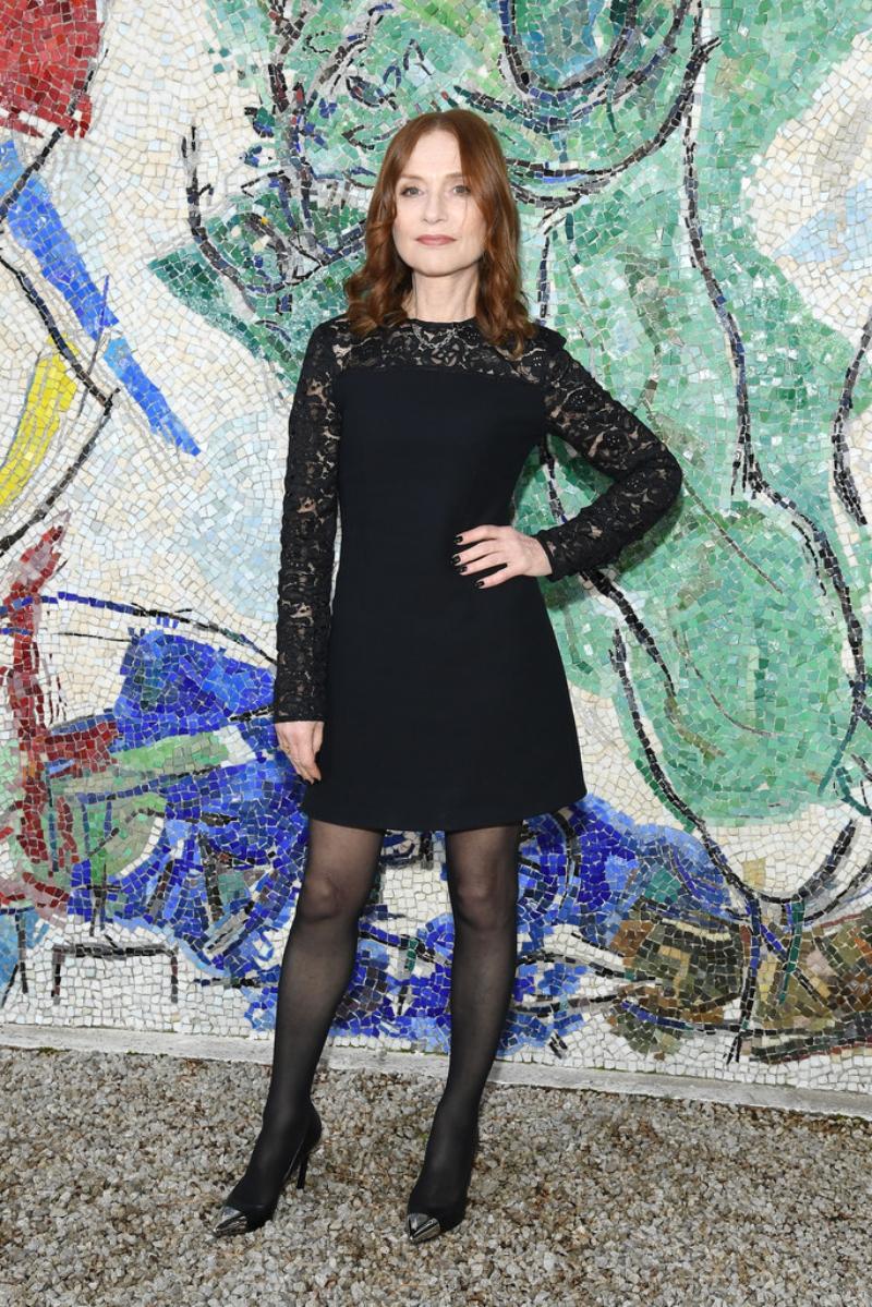 Nữ diễn viên Pháp Isabelle Huppert sang trọng trong một thiết kế đầm đen.