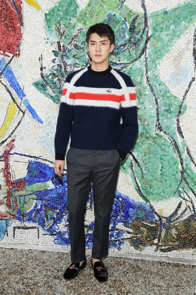 Oh Sehun mặc trang phục và giày của Louis Vuitton.