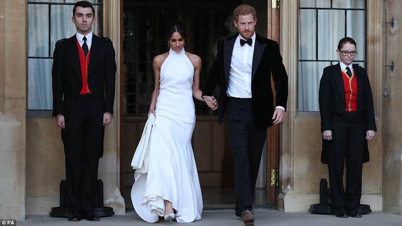 Chiếc váy dạ hội của cô dâu được thiết kế bởi Stella McCartney và là một chiếc váy cao cổ màu trắng lily được đặt làm bằng crepe lụa, trong khi đôi giày Aquazurra của cô là satin mượt với đế sơn màu xanh da trời.