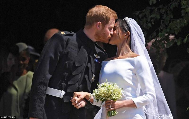 Khoảnh khắc mà toàn bộ người dân nước Anh cũng như các quan khách tham dự đám cưới của Harry và Meghan đợi chờ trong cả ngày hôm nay: Nụ hôn nồng thắm báo hiệu quãng đời hạnh phúc mới của cặp vợ chồng Hoàng gia.