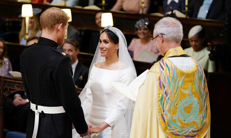"""Hoàng tử Harry trong bộ quân phục của kỵ binh hoàng gia Anh cầm tay cô dâu .""""Em đẹp tuyệt vời"""" là câu đầu tiên Hoàng tử Harry dành cho Meghan khi trông thấy cô tiến vào sảnh đường"""