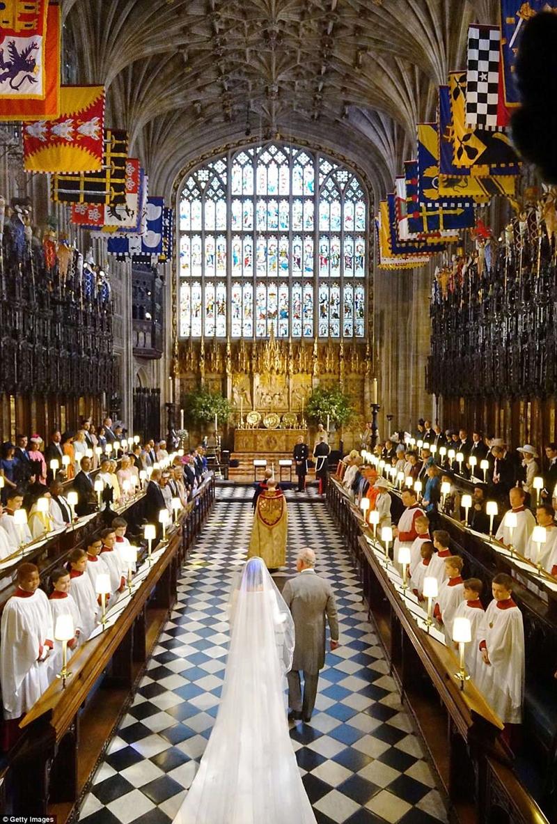 Thái tử Charles cầm tay cô dâu Meghan Markle tiến vào sảnh đường nhà nguyện Thánh George, nơi Hoàng tử Harry đang đứng chờ