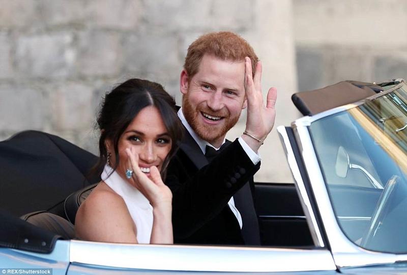 """Hoàng tử Harry và hôn thê Meghan Markle tươi cười khi đã ở bên nhau. Trước đó, Hoàng tử Harry có nhiều biểu cảm mà báo chí Anh miêu tả là """"lo lắng"""""""