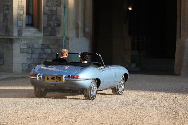 Họ đi du lịch bằng chiếc Jaguar E-Type Concept Zero màu xanh bạc, được sản xuất lần đầu vào năm 1968 và hiện đang chạy bằng điện