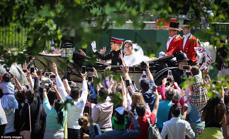 Hoàng gia Anh mời 2.640 khách tới tham dự lễ cưới của người thứ 6 trong danh sách kế vị ngai vàng Anh. Hàng nghìn người dân và các quan khách đã có mặt bên ngoài lâu đài Windsor ngóng chờ đám cưới Hoàng gia