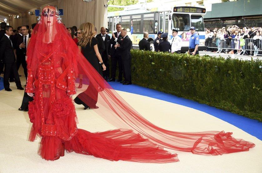 Katy Perry mang hơi thở avant garde phá cách đến thảm đỏ MET Gala 2017 trong thiết kế của giám đốc sáng tạo John Galliano cho thương hiệu Maison Margiela.