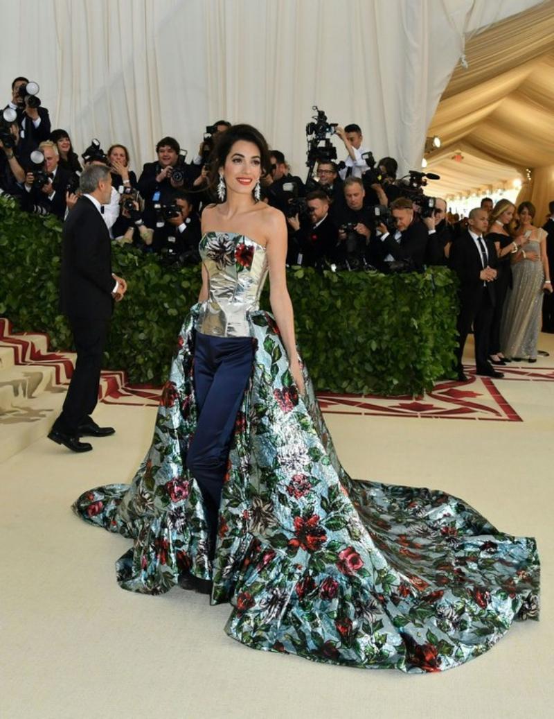 Thiết kế của Amal Clooney thực chất là quần với phần đuôi váy thướt tha, tôn lên được dáng vóc của nữ luật sư đình đám này.