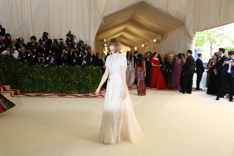 Và không thể thiếu người phụ nữ quyền lực nhất trong giới thời trang, Anna Wintour, Tổng biên tập Vogue Mỹ đồng thời là chủ tọa của MET Gala các năm. Bà mặc thiết kế của Chanel tuyệt đối sang trọng và mang đúng tinh thần tôn giáo như chủ đề của MET Gala 2018.