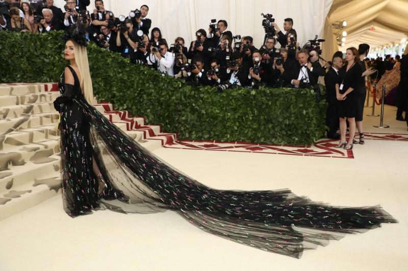 """Rita Ora cũng không chịu """"kém cạnh"""" tại MET Gala 2018 với bộ trang phục của Prada."""