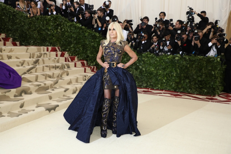 NTK Donatella Versace cũng có tên trong danh sách chủ tọa khách mời của MET Gala 2018. Bà mặc bộ trang phục do chính mình thiết kế.