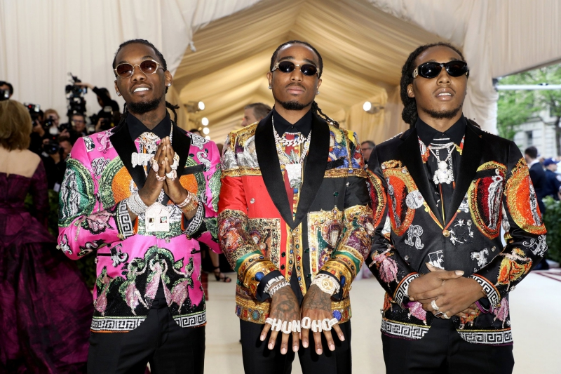 Nhóm rapper Migos xuất hiện trong trang phục cộp mác Versace.