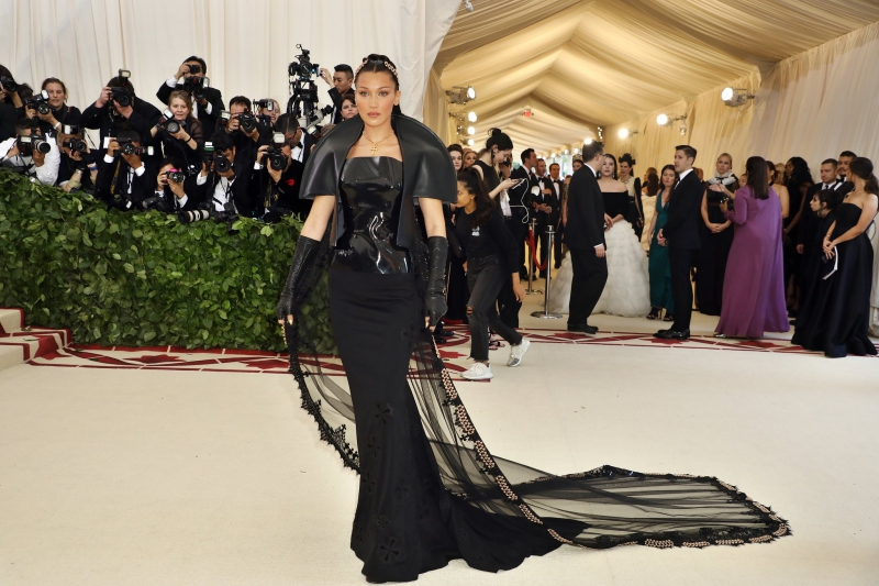 Bella Hadid mặc một thiết kế với màu đen chủ đạo mang màu sắc huyền bí của Chrome Hearts.