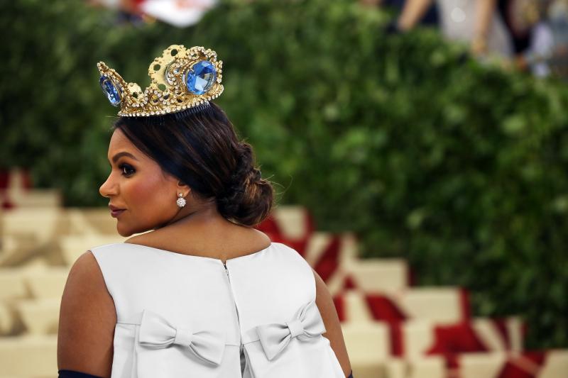 Nữ diễn viên Mindy Kailing thu hút mọi sự chú ý với chiếc vương miện tuyệt đẹp của Pericles Kondylatos.