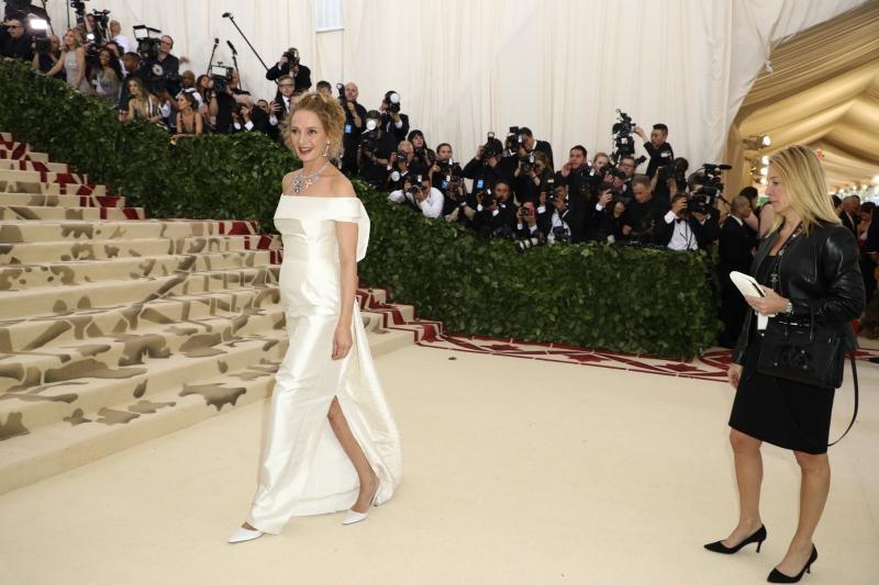 Nữ diễn viên Uma Thurman sang trọng và cao quý trong thiết kế đầm trắng của Gabriela Hearst.