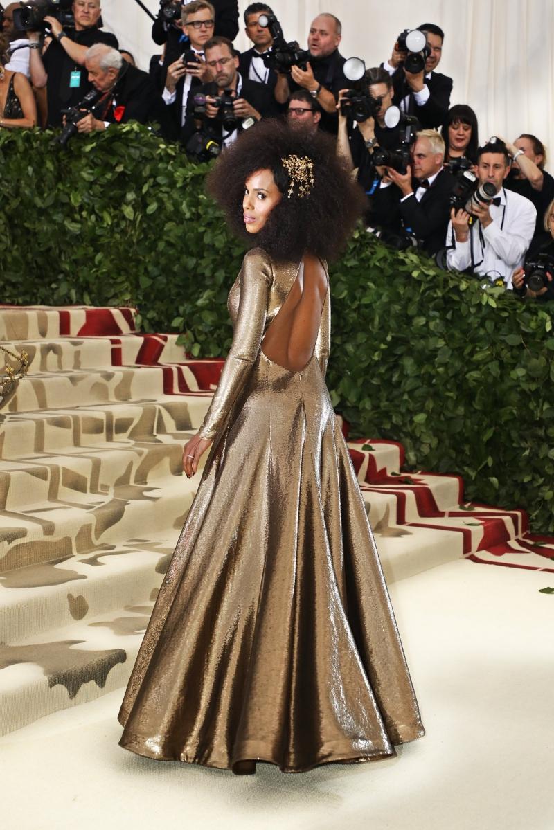 Kerry Washington chọn mặc đầm hở lưng của Ralph Lauren trên chất liệu ánh kim.