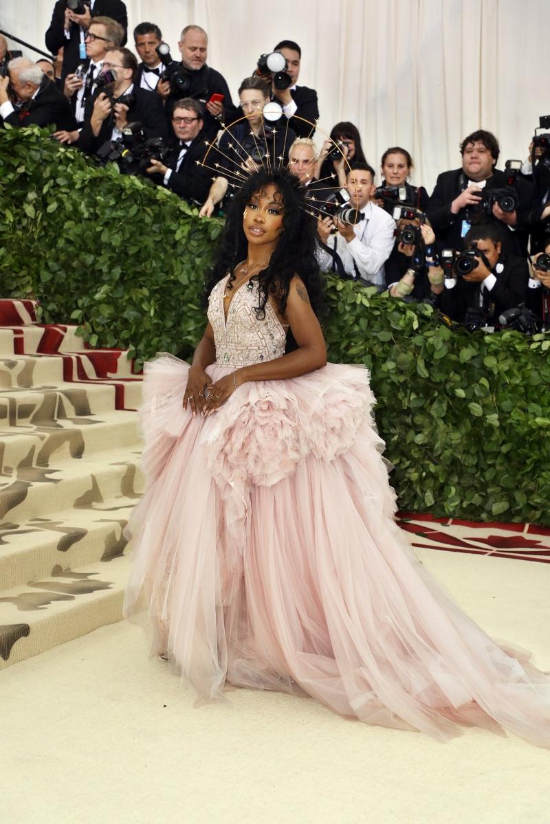 SZA mặc trang phục của Versace.