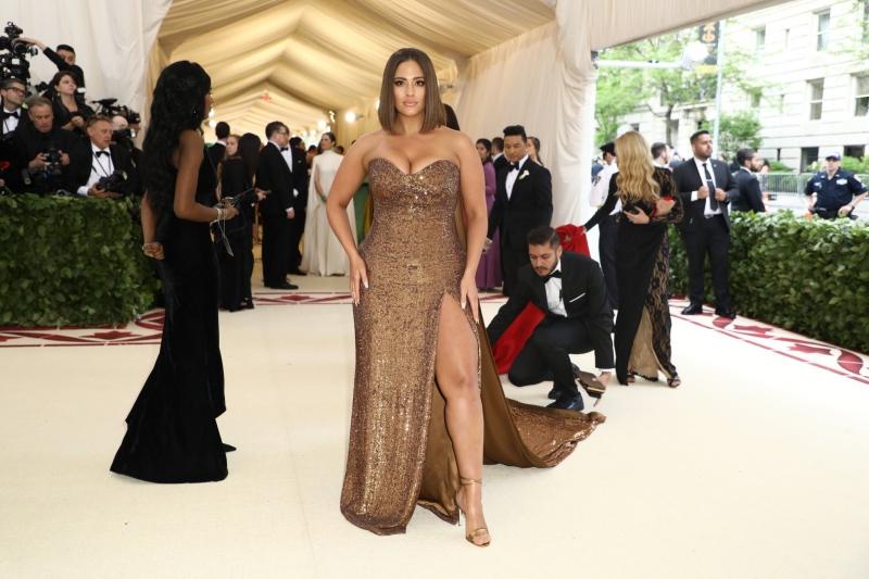 """Nàng mẫu """"ngoại cỡ"""" Ashley Graham lôi cuốn với vẻ ngoài tự tin trong thiết kế của Prabal Gurung cùng giày của Giuseppe Zanotti."""