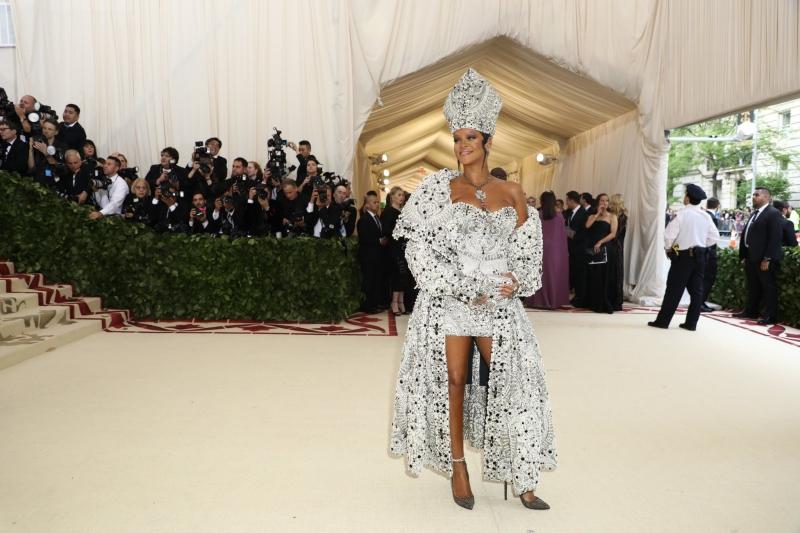 Một trong những chủ tọa khách mời của bữa tiệc MET Gala 2018 là nữ ca sĩ Rihanna. Dĩ nhiên, cô không làm công chúng thất vọng với bộ trang phục mang dấu ấn từ hình ảnh của các vị giáo hoàng được thiết kế bởi John Galliano cho dòng sản phẩm couture Maison Margiela Artisanal.