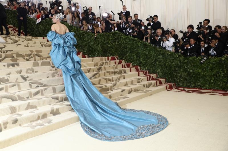 Diane Kruger cũng là một trong những mỹ nhân luôn nổi bật trên thảm đỏ của MET Gala các kỳ trước tới nay. Lần này, cô mặc một thiết kế hàng thửa của Prabal Gurung với phần đuôi váy dài quét đất, phối với chiếc mũ tuyệt đẹp của NTK Philip Treacey. Đôi sandals cao gót mảnh mai cực kỳ ăn ý với tổng thể trang phục cũng được làm riêng cho sự xuất hiện của Diane Kruger tại MET Gala 2018.