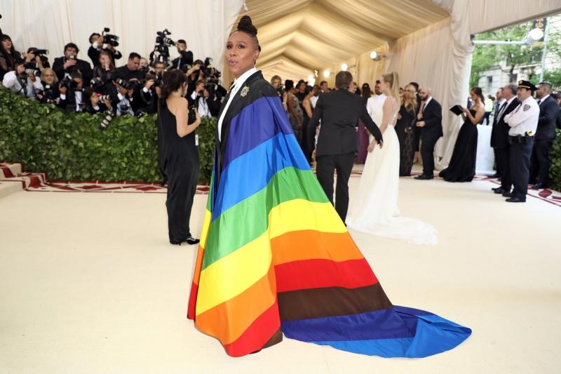 Nữ diễn viên Lena Waithe mặc bộ suit đen của Carolina Herrera bên trong áo choàng dài in cờ lục sắc biểu tượng cho cộng đồng LGBTQ+. Cô chia sẻ chiếc áo choàng nổi bật này giống như lời cam kết cô luôn sát cánh với những thành viên trong cộng đồng của mình.