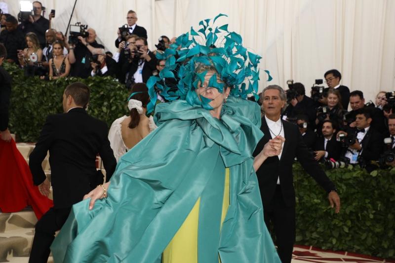Nữ diễn viên chính xuất sắc nhất tại Oscar lần thứ 90 vừa qua Frances McDormand nổi bật trên thảm đỏ MET Gala 2018 trong thiết kế của Valentino với điểm nhấn là chiếc mũ với những con bươm bướm tuyệt đẹp.
