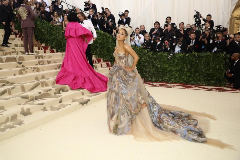 Ariana Grande mặc thiết kế đầm công chúa của Vera Wang với những lớp vải tulle mềm mại, tạo độ thướt tha cho trang phục. Họa tiết trên bộ trang phục là những bức vẽ của Michelangelo trên trần nhà nguyện Sistina ở Thành Vatican.