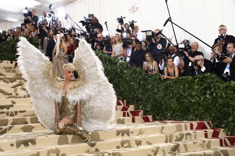 """Katy Perry """"chơi lớn"""" với bộ cánh khổng lồ cùng trang phục của Versace."""
