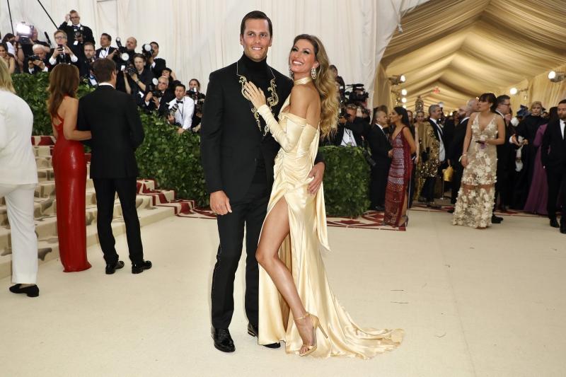 Chân dài Gisele Bundchen tái xuất MET Gala trong thiết kế đầm của Versace cùng với chồng là cầu thủ bóng bầu dục Tom Brady.