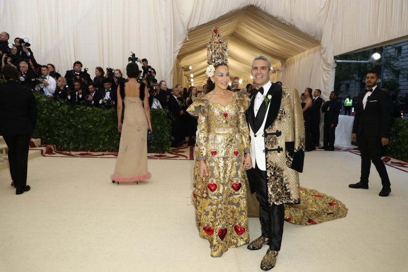 """""""Nữ hoàng"""" của những bữa tiệc MET Gala – Sarah Jessica Parker – trở lại đầy ngoạn mục với bộ trang phục của Dolce & Gabbana thuộc dòng sản phẩm Alta Moda. Đồng hành cùng nữ diễn viên của """"Sex and the City"""" là MC Andy Cohen của loạt chương trình """"The Real Housewives"""" cũng mặc áo choàng của Dolce & Gabbana."""