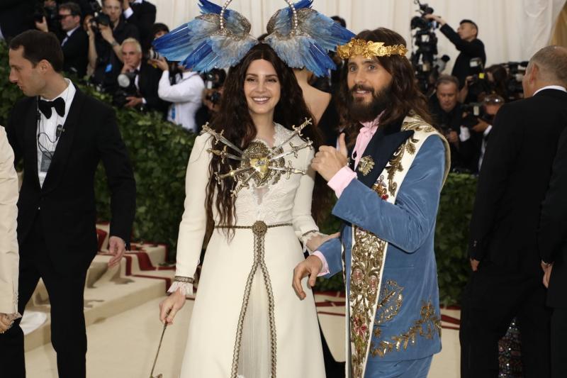 Cặp đôi của nhà Gucci - nữ ca sĩ Lana Del Rey và nam ca sĩ kiêm diễn viên Jared Leto cùng xuất hiện trên thảm đỏ trong các thiết kế của Giám đốc Sáng tạo Alessandro Michele.