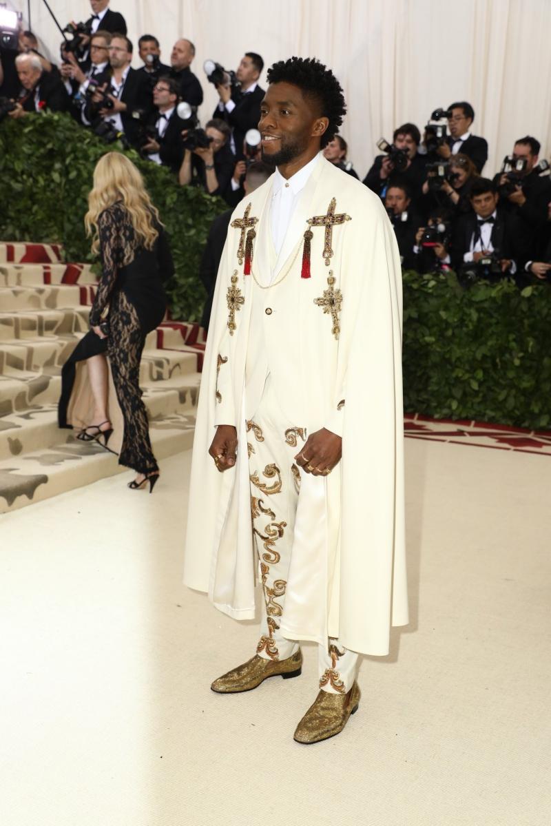 """""""Báo đen"""" Chadwick Boseman mặc trang phục của Versace cùng giày của Christian Louboutin và nhẫn của BVLGARI."""
