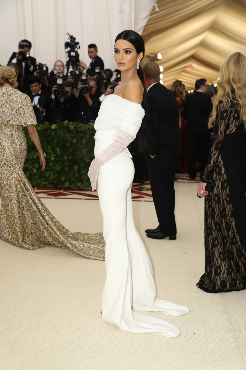 Kendall Jenner mặc jumpsuit trắng của NTK Virgil Abloh cho thương hiệu OFF-WHITE.