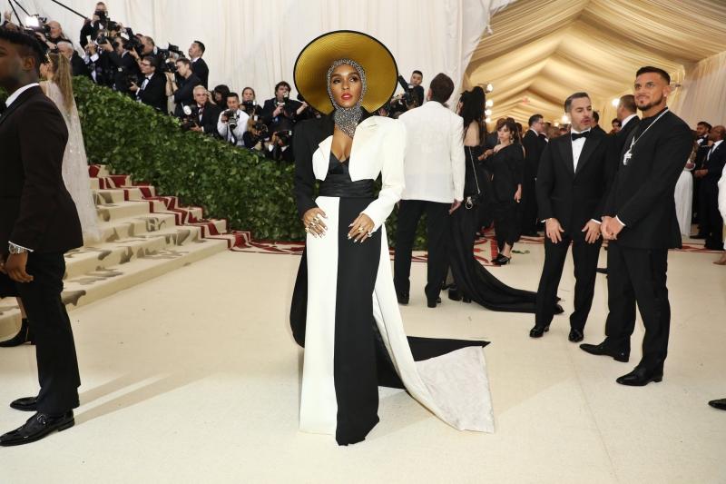 Ca sĩ Janelle Monáe mặc trang phục của Marc Jacobs.