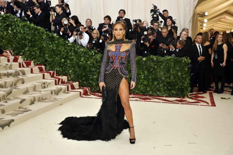 Jennifer Lopez chọn mặc thiết kế của Balmain. Đây là một lựa chọn khá bất ngờ bởi ai cũng nghĩ rằng cô sẽ mặc thiết kế của người bạn thân Donatella Versace.