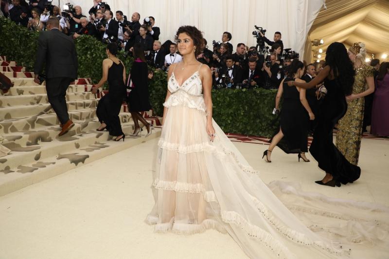 Selena Gomez mong manh và mơ màng trong thiết kế của thương hiệu Coach bởi NTK Stuart Vevers