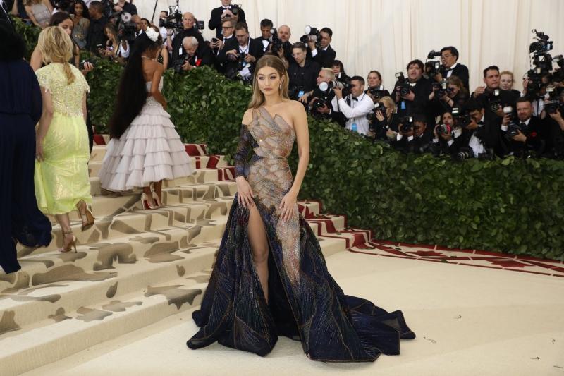 Gigi Hadid xuất hiện một mình trên thảm đỏ MET Gala 2018 trong thiết kế của Atelier Versace.