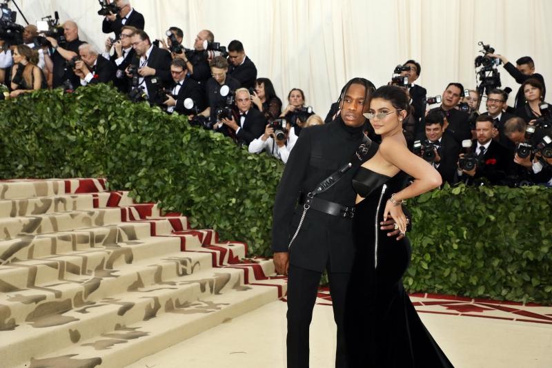 Cặp đôi đình đám Travis Scott và Kylie Jenner chọn mặc đồ của Alexander Wang cho MET Gala 2018.