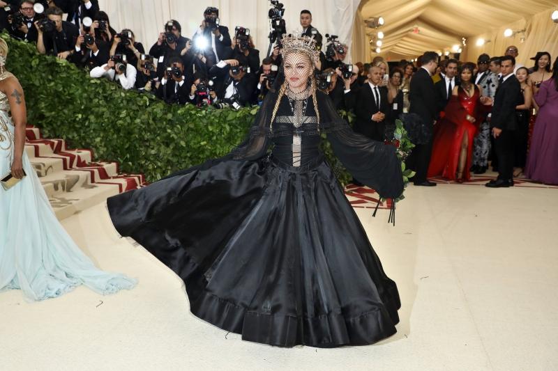 Madonna mặc trang phục của NTK Jean Paul Gaultier.