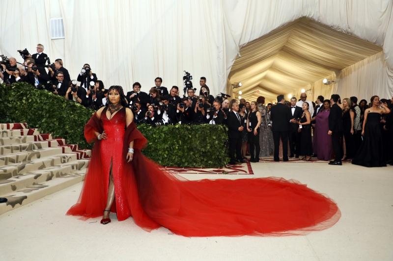 """Nicki Minaj """"xâm chiếm"""" thảm đỏ MET Gala 2018 với thiết kế màu đỏ rực của Oscar de la Renta."""