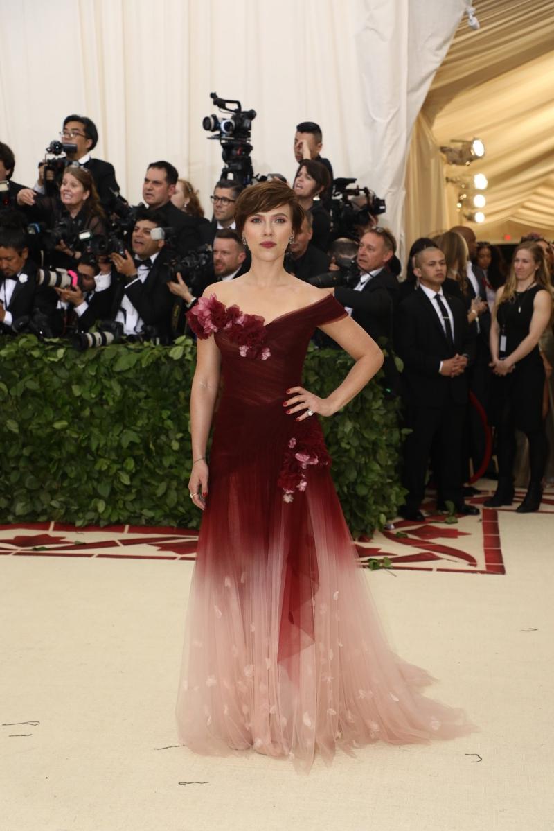 Scarlett Johansson ngọt ngào trong thiết kế đầm của Marchesa. Đây là lần đầu tiên có một ngôi sao lớn mặc trang phục của Marchesa sau khi vụ scandal quấy rối tình dục của nhà sản xuất phim Harvey Weinstein vỡ lở. Đồng sáng lập thương hiệu Marchesa - Georgina Chapman - là vợ cũ của Harvey Weinstein.