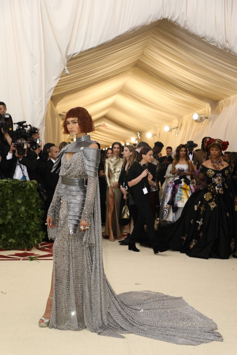 """Zendaya xuất hiện như một chiến binh trong """"bộ giáp"""" của Versace."""
