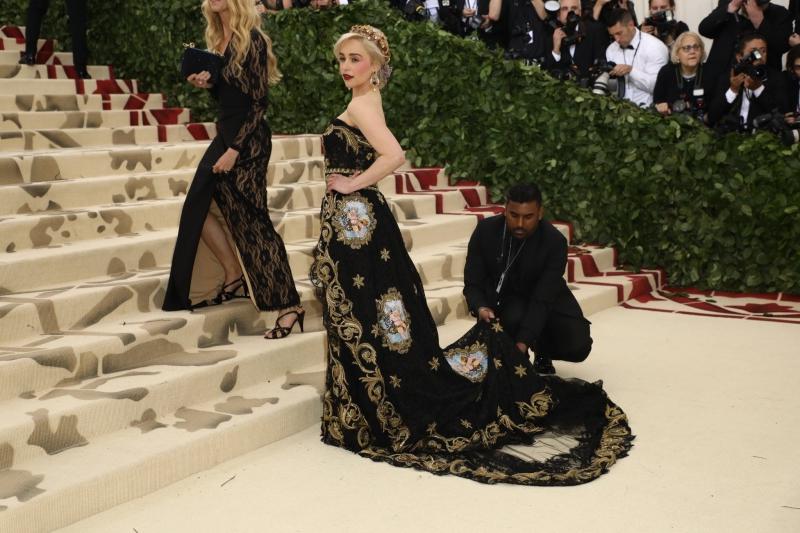"""""""Mẹ rồng"""" của """"Game of Thrones"""" Emilia Clarke nổi bật trong thiết kế đầm của Dolce & Gabbana."""