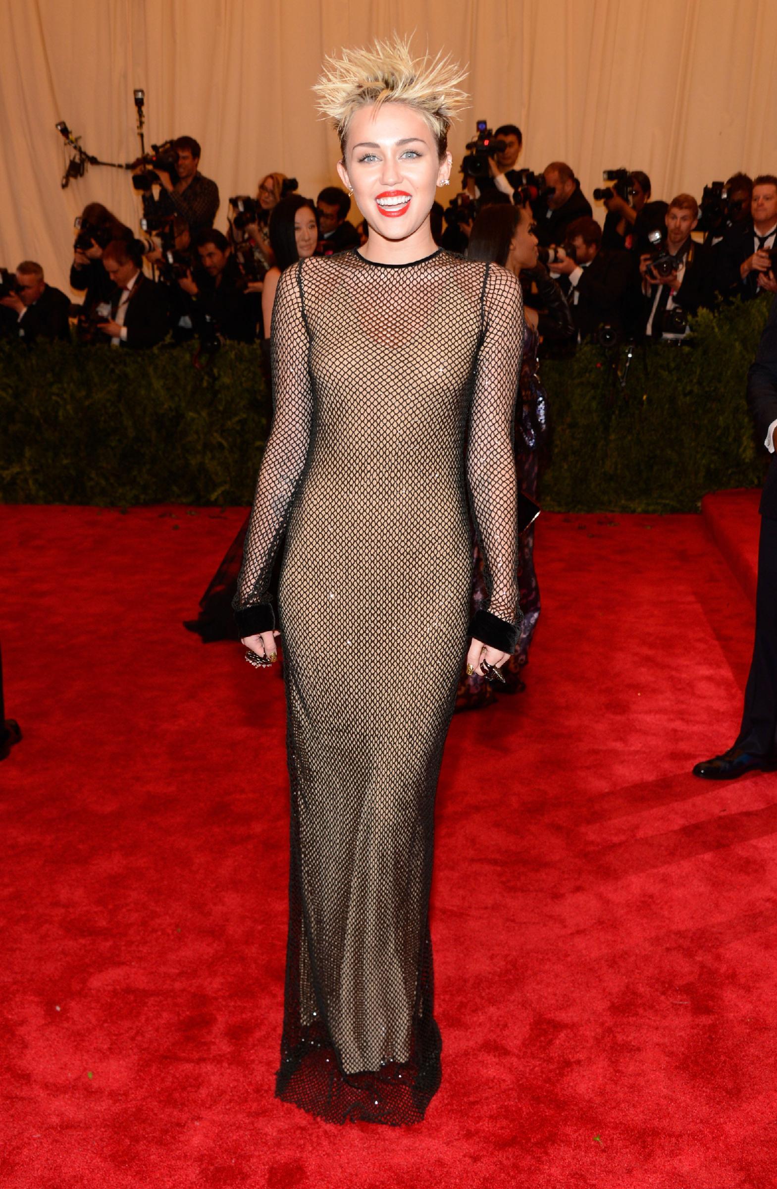 Một Miliey Cyrus không thể cá tính và nổi loạn hơn với mái tóc cắt ngắn và chiếc váy lưới từ Marc Jacobs.
