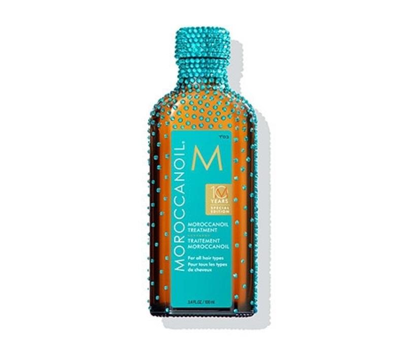 Kỉ niệm 10 năm ra đời của Moroccanoil Treatment, thương hiệu Moroccanoil đã sản xuất chai dầu dưỡng này ở phiên bản đặc biệt, đính pha lê Swarovski vô cùng lộng lẫy