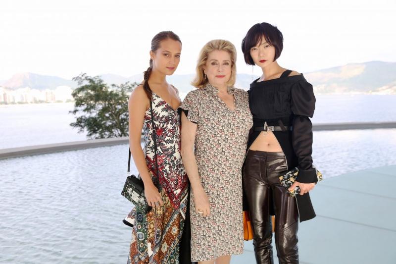 """Những """"nàng thơ"""" luôn xuất hiện trong trang phục của Louis Vuitton có những nữ diễn viên Alicia Vikander, Catherine Deneuve và Doona Bae."""